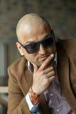 Ritratto di un uomo d'affari indiano hansome nell'uomo serio e sicuro degli occhiali da sole, Fotografie Stock