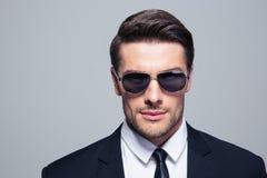Ritratto di un uomo d'affari sicuro in occhiali da sole Fotografie Stock Libere da Diritti