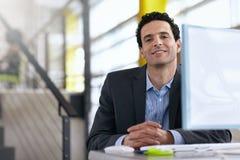 Ritratto di un uomo d'affari sicuro sul lavoro nel suo Fotografia Stock Libera da Diritti