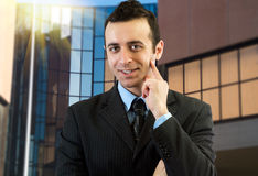 Ritratto di un uomo d'affari sorridente Immagini Stock