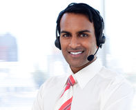 Ritratto di un uomo d'affari sorridente con le cuffie avricolari sopra Fotografia Stock