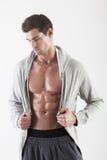 Ritratto di un uomo del muscolo che propone nello studio Fotografia Stock