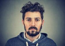 Ritratto di un uomo della barba con l'espressione seria del fronte Fotografia Stock