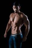 Ritratto di un uomo di forma fisica con l'ente muscolare immagine stock libera da diritti