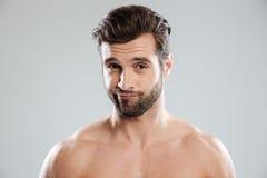 Ritratto di un uomo dubbioso bello con le spalle nude fotografia stock