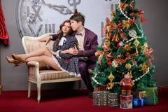 Ritratto di un uomo e di una donna vicino all'albero di Natale Fotografie Stock Libere da Diritti