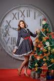 Ritratto di un uomo e di una donna vicino all'albero di Natale Fotografia Stock