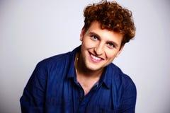 Ritratto di un uomo felice in camicia blu Immagini Stock Libere da Diritti