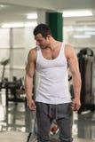 Ritratto di un uomo fisicamente misura in maglietta fotografie stock libere da diritti