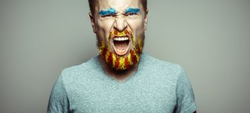Ritratto di un uomo di grido con la barba di A, dipanato nei colori rossi e gialli Referendum per la separazione di Catalogna dal immagine stock libera da diritti