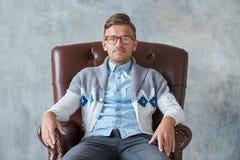 Ritratto di un uomo intelligente alla moda con i vetri Fotografie Stock Libere da Diritti