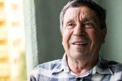 Ritratto di un uomo maggiore sorridente immagini stock libere da diritti