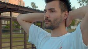 Ritratto di un uomo premuroso in un parco archivi video
