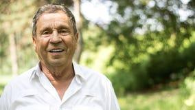 Ritratto di un uomo senior sorridente in natura fotografia stock libera da diritti