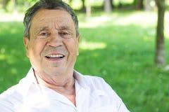Ritratto di un uomo senior sorridente in natura fotografia stock