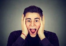 Ritratto di un uomo sorpreso felice che grida immagini stock libere da diritti