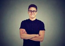 Ritratto di un uomo sorridente in vetri fotografie stock