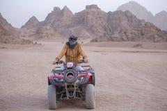 Ritratto di un uomo su un ATV Quad il safari delle bici in deserto vicino a Sharm el-Sheikh, Egitto fotografia stock