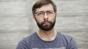 Ritratto di un uomo di trentacinque anni con i vetri d'uso di una barba archivi video