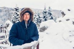 Ritratto di un uomo in vestiti di inverno fotografia stock