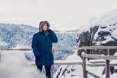 Ritratto di un uomo in vestiti di inverno immagini stock