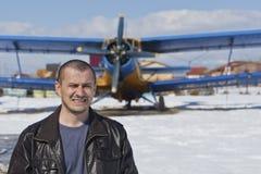 Ritratto di un uomo vicino ad un aeroplano Fotografie Stock Libere da Diritti