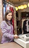 Ritratto di un venditore in un negozio di vestiti immagini stock libere da diritti