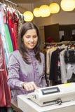 Ritratto di un venditore in un negozio di vestiti fotografia stock libera da diritti