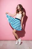 Ritratto di un vestito d'uso sorridente e di un ballare dalla ragazza graziosa Fotografie Stock Libere da Diritti