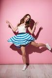 Ritratto di un vestito d'uso sorridente e di un ballare dalla ragazza graziosa Fotografia Stock Libera da Diritti