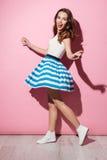 Ritratto di un vestito d'uso sorridente e di un ballare dalla ragazza graziosa Immagini Stock Libere da Diritti
