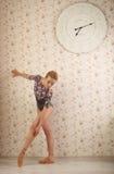 Ritratto di una ballerina professionista vicino alla finestra alla luce del sole nell'interno domestico Concetto di balletto Gran Fotografia Stock