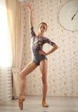 Ritratto di una ballerina professionista vicino alla finestra alla luce del sole nell'interno domestico Concetto di balletto raga Immagini Stock Libere da Diritti