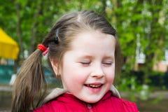 Ritratto di una bambina allegra Immagini Stock