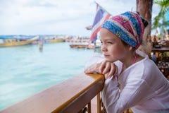 Ritratto di una bambina che esamina il mare Fotografia Stock Libera da Diritti