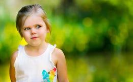 Ritratto di una bambina che esamina lo spazio Fotografia Stock