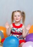 Ritratto di una bambina che gioca con le palle Fotografia Stock
