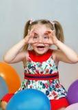Ritratto di una bambina che gioca con le palle Immagine Stock