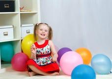 Ritratto di una bambina che gioca con le palle Immagini Stock Libere da Diritti