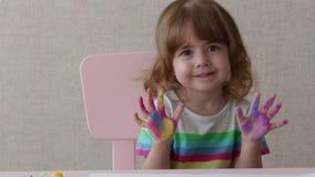 Ritratto di una bambina con le palme dipinte archivi video