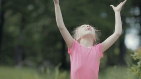 Ritratto di una bambina divertente nel legno stock footage