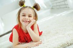 Ritratto di una bambina divertente senza un dente anteriore fotografie stock libere da diritti