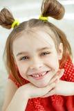 Ritratto di una bambina divertente senza un dente anteriore fotografie stock