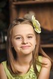 Ritratto di una bambina felice in un vestito verde Immagini Stock