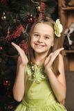 Ritratto di una bambina felice in un vestito verde Immagini Stock Libere da Diritti