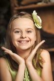 Ritratto di una bambina felice in un vestito verde Immagine Stock