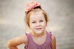 Ritratto di una bambina urbana adorabile all'aperto Immagine Stock