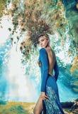 Ritratto di una bionda che porta un cappello favoloso Fotografia Stock