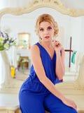 Ritratto di una bionda favorita sensuale attraente in un sil blu fotografia stock