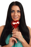 Ritratto di una caramella di forma del cuore della tenuta della ragazza Fotografia Stock Libera da Diritti
